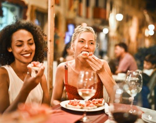 ženy u stolu