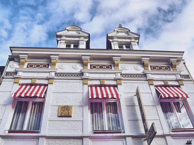 hotel, červenobílé markýzy