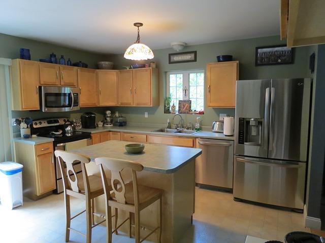 kuchyně, lednice, jídelní stůl