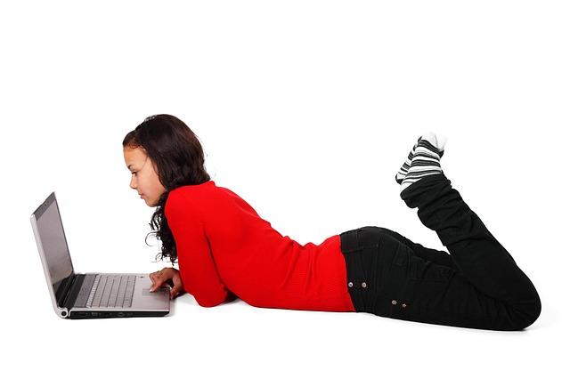 ležící dívka a laptop
